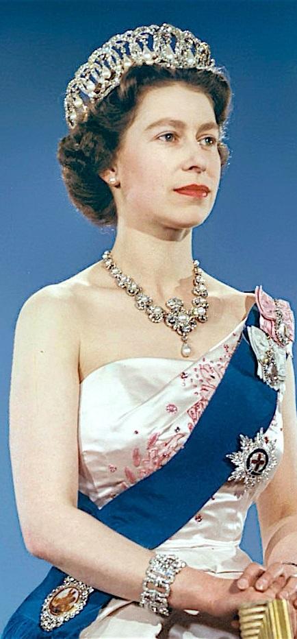 Queen_Elizabeth_II_pearls